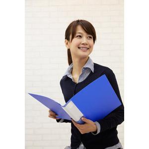 フリー写真, 人物, 女性, アジア人女性, 日本人, 女性(00025), 職業, 仕事, ビジネスウーマン, OL(オフィスレディ), 書類ファイル