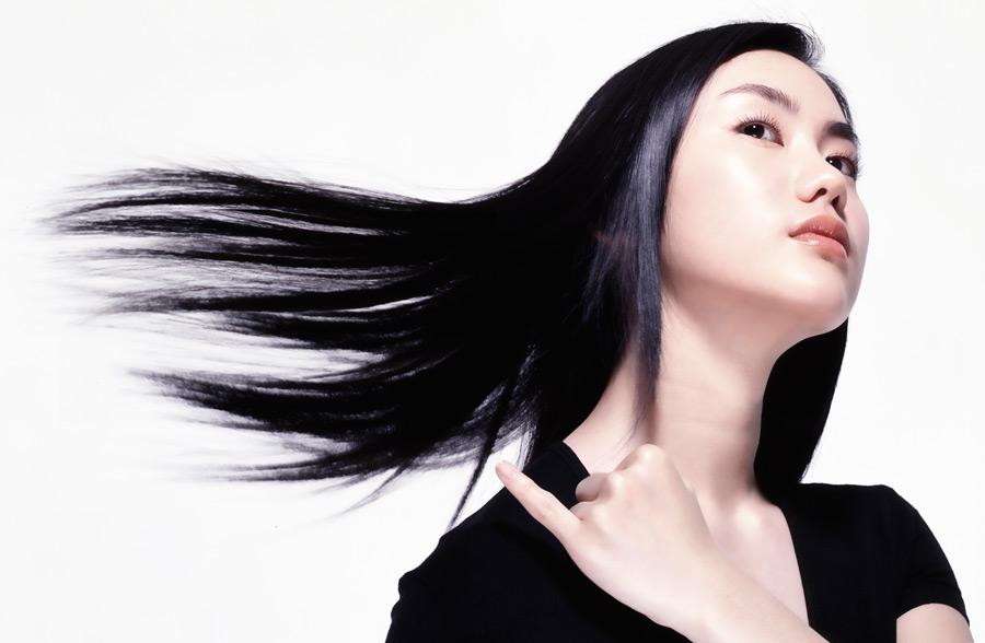 フリー写真 黒髪を振るアジア人女性のポートレイト