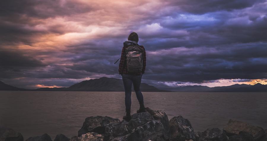 フリー写真 ユタ湖の前に立つ人物の後ろ姿