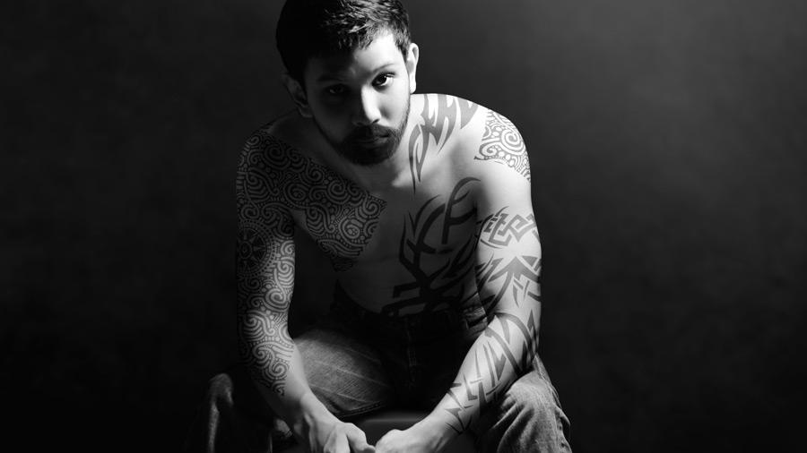 フリー写真 タトゥーだらけの外国人男性のポートレイト