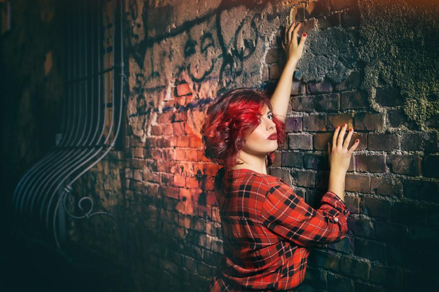 フリー写真 壁に手を当てる赤髪の外国人女性