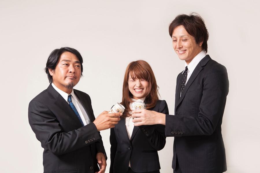 フリー写真 缶ビールで乾杯する三人の会社員