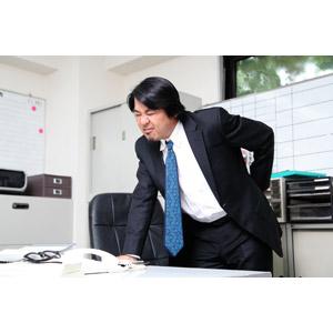 フリー写真, 人物, 男性, アジア人男性, 日本人, 男性(00087), 職業, 仕事, サラリーマン, ビジネスマン, 腰痛, 痛い, 腰に手を当てる, ぎっくり腰, オフィス, メンズスーツ