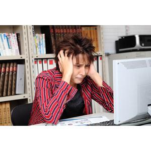 フリー写真, 人物, 男性, アジア人男性, 日本人, 男性(00024), 仕事, 職業, デザイナー, オフィス, パソコン(PC), 頭を抱える, 困る