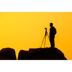 フリー写真, 人物, 男性, シルエット(人物), カメラ, 三脚, 朝焼け, 早朝, 横顔, 写真撮影, 黄色(イエロー)