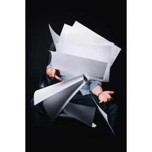 フリー写真, 人物, 職業, 仕事, ビジネス, サラリーマン, 書類, 放り投げる, 紙(ペーパー), 座る(椅子), 黒背景
