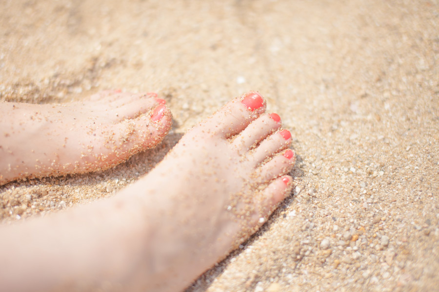 フリー写真 砂の上の女性の足