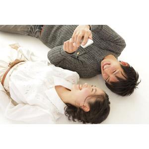 フリー写真, 人物, カップル, 恋人, 日本人, 女性(00037), 男性(00038), 二人, スマートフォン(スマホ), 寝転ぶ, 仰向け, 笑う(笑顔)