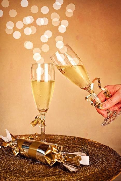 フリー写真 新年を祝ってシャンパンで乾杯
