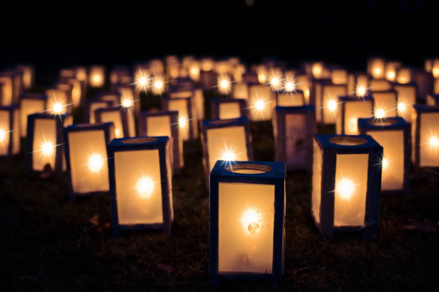 フリー写真 並べられた灯篭の風景