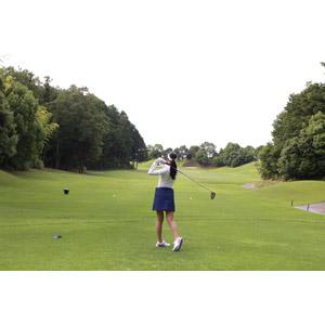 フリー写真, 人物, 女性, スポーツ, 球技, ゴルフ, ゴルファー, 後ろ姿, 芝生, 人と風景