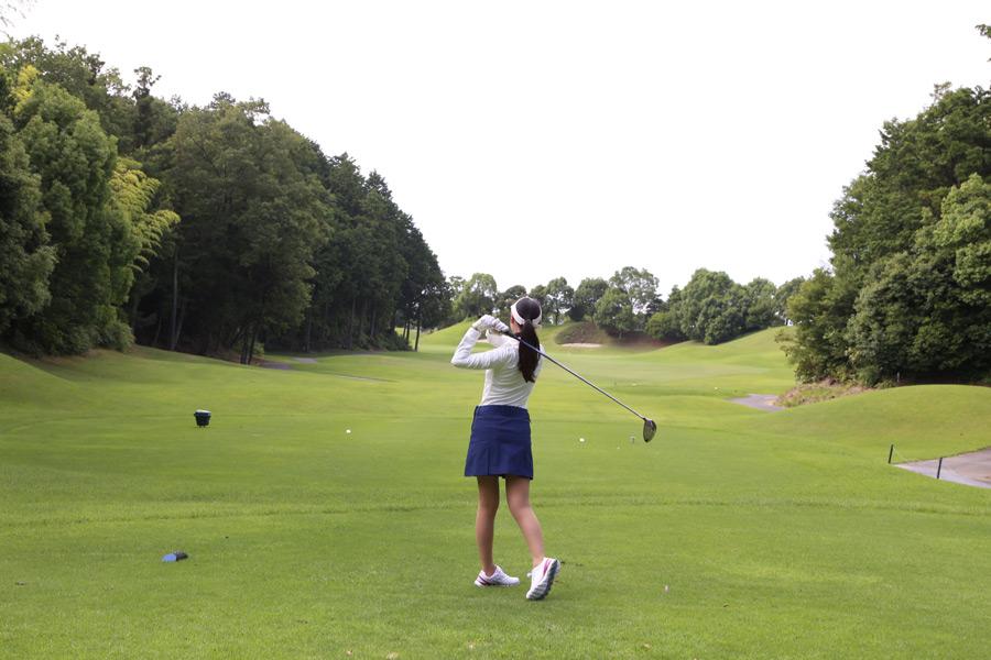 フリー写真 ゴルフをしている女性の後ろ姿