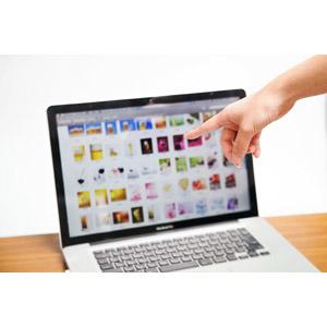 フリー写真, 人体, 手, 指差す, 選ぶ, 写真, 家電機器, パソコン(PC), ノートパソコン