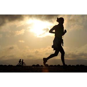 フリー写真, 人物, 女性, 運動, フィジカルトレーニング, ジョギング, 走る, 夕暮れ(夕方), シルエット(人物)