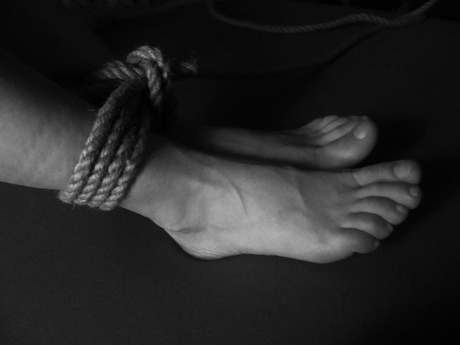 フリー写真 ロープで縛られた足