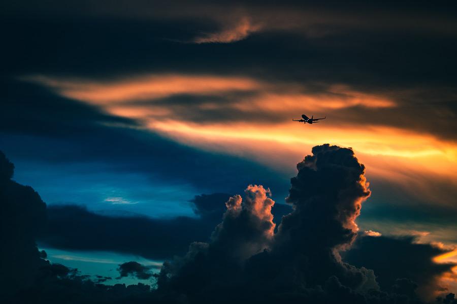 フリー写真 夕空と積乱雲と旅客機