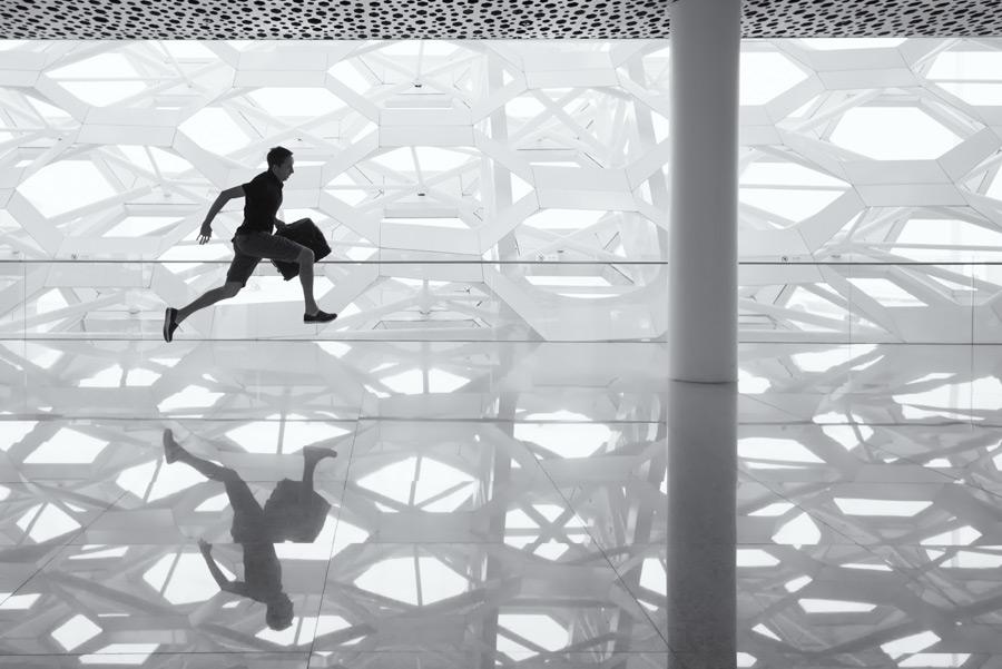 フリー写真 空港内を走る男性