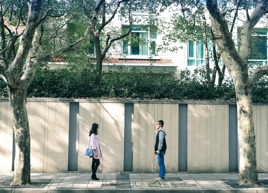 フリー写真 街の通りと向かい合うカップル