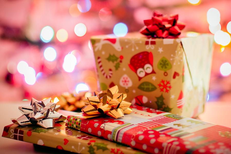 フリー写真 ラッピングされたクリスマスプレゼント