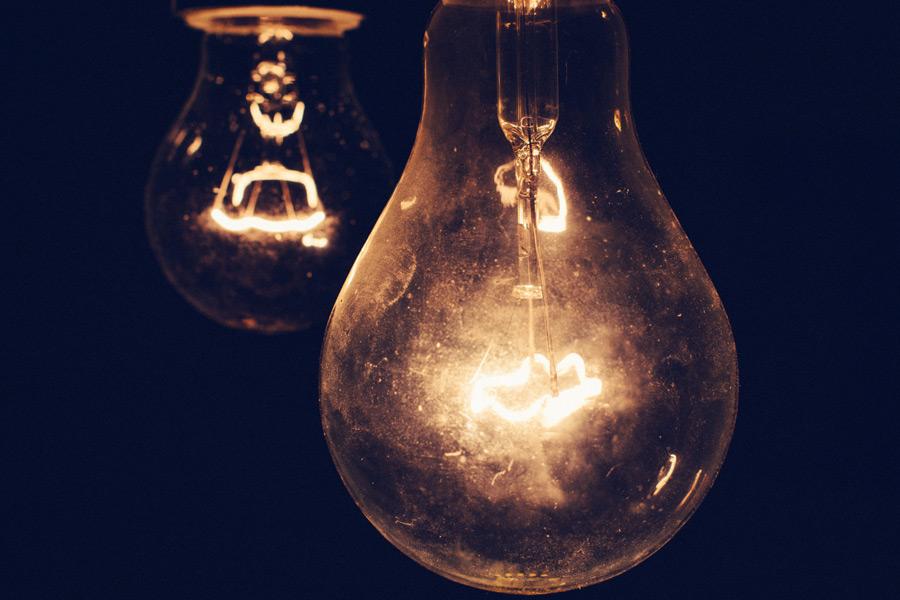 フリー写真 点灯中の白熱電球
