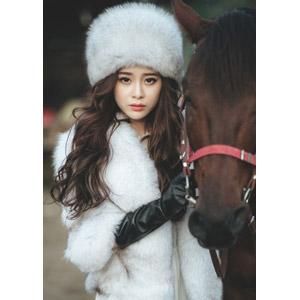 フリー写真, 人物, 女性, アジア人女性, 女性(00127), ベトナム人, 人と動物, 馬(ウマ), 毛皮(ファー), ロシア帽