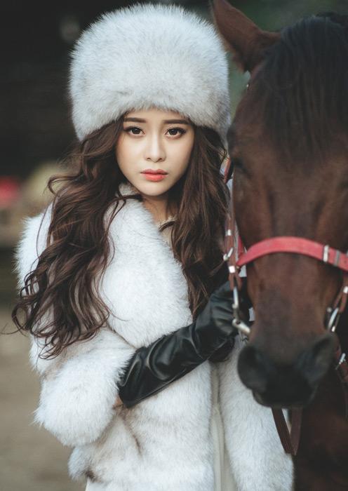 フリー写真 馬と毛皮の衣装姿の女性
