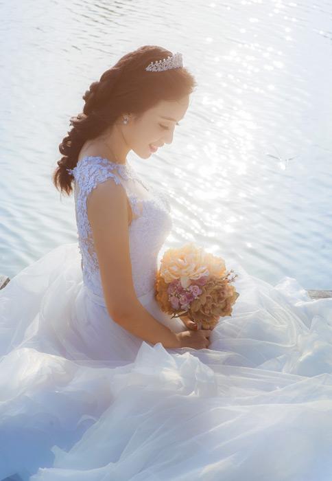 フリー写真 水辺に座る花嫁