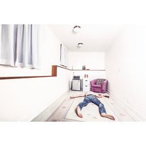 フリー写真, 人物, 男性, 寝転ぶ, うつ伏せ, 寝る(寝顔), ジーンズ(ジーパン), 部屋, 酔っ払い