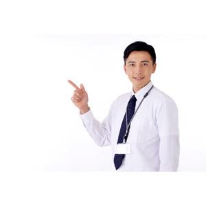 フリー写真, 人物, 男性, アジア人男性, 日本人, 男性(00016), 職業, 仕事, ビジネス, ビジネスマン, サラリーマン, ワイシャツ, 指差す, 左上を指す, 白背景, 社員証