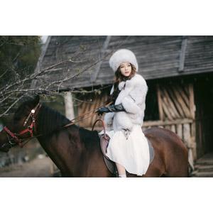 フリー写真, 人物, 女性, アジア人女性, 女性(00127), ベトナム人, 人と動物, 動物, 哺乳類, 馬(ウマ), 毛皮(ファー), ロシア帽, 乗馬