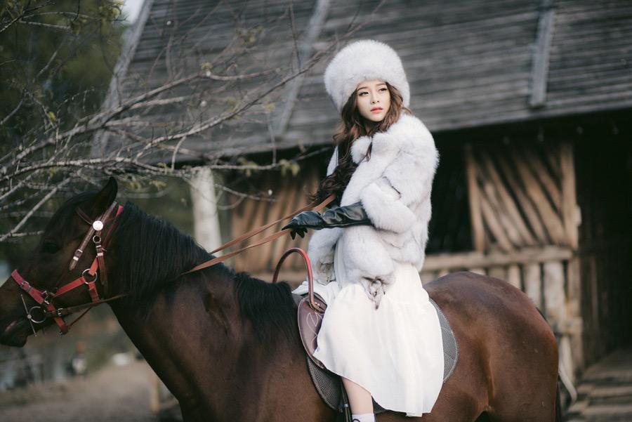 フリー写真 毛皮の衣装で乗馬している女性
