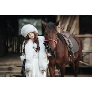 フリー写真, 人物, 女性, アジア人女性, 女性(00127), ベトナム人, 人と動物, 動物, 哺乳類, 馬(ウマ), 毛皮(ファー), ロシア帽