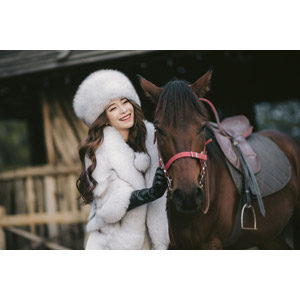フリー写真, 人物, 女性, アジア人女性, 女性(00127), ベトナム人, 人と動物, 動物, 哺乳類, 馬(ウマ), 毛皮(ファー), ロシア帽, 笑う(笑顔)