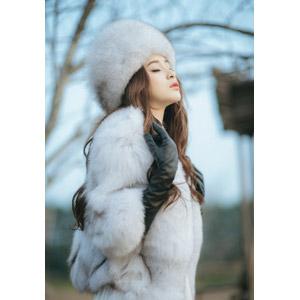 フリー写真, 人物, 女性, アジア人女性, 女性(00127), ベトナム人, 毛皮(ファー), ロシア帽, 目を閉じる