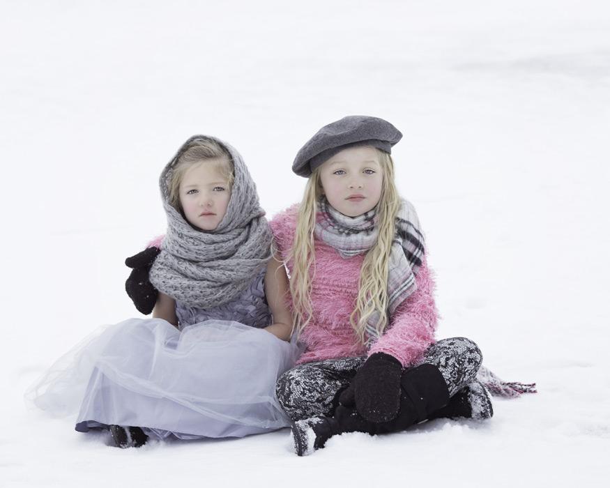 フリー写真 雪の上に座る二人の姉妹