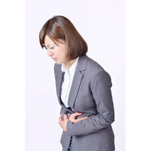 フリー写真, 人物, 女性, アジア人女性, 日本人, 女性(00086), 職業, 仕事, ビジネス, ビジネスウーマン, OL(オフィスレディ), レディーススーツ, 白背景, 腹痛, 痛い, お腹を押さえる, お腹がすく, 食あたり