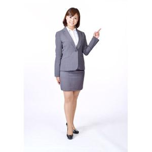 フリー写真, 人物, 女性, アジア人女性, 日本人, 女性(00086), 職業, 仕事, ビジネス, ビジネスウーマン, OL(オフィスレディ), レディーススーツ, 白背景, 指差す, 右上を指す
