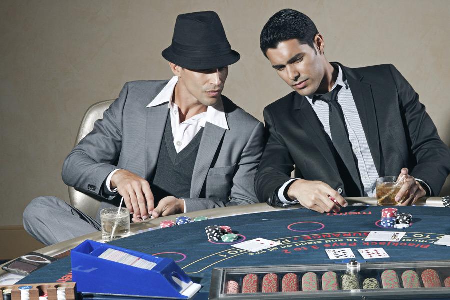 フリー写真 カジノでポーカーを楽しむ二人の男性