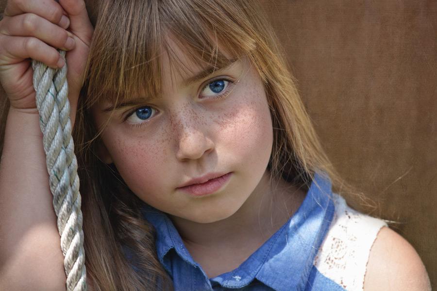 フリー写真 ロープを掴む女の子のポートレイト