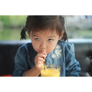フリー写真, 人物, 子供, 女の子, アジアの女の子, 中国人, 飲み物(飲料), ジュース, 飲む, 上目遣い