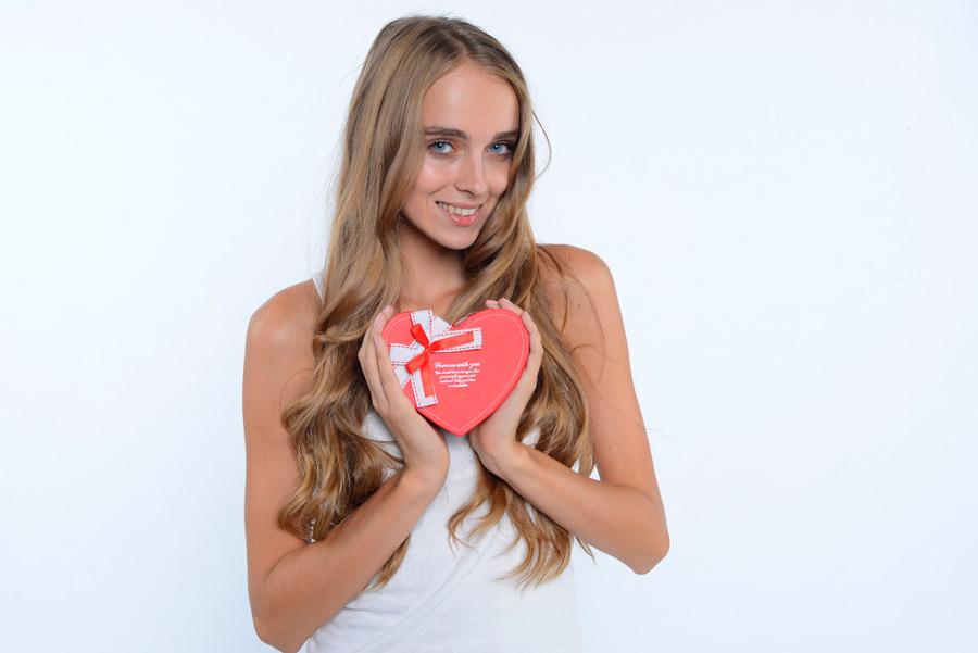 フリー写真 バレンタインプレゼントを持つ外国人女性