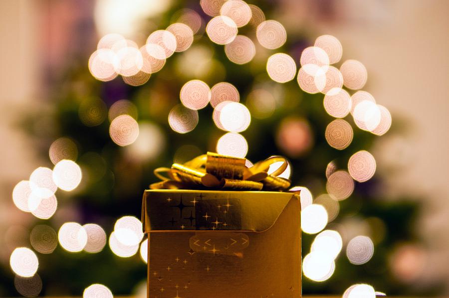 フリー写真 クリスマスプレゼントとツリーのライト