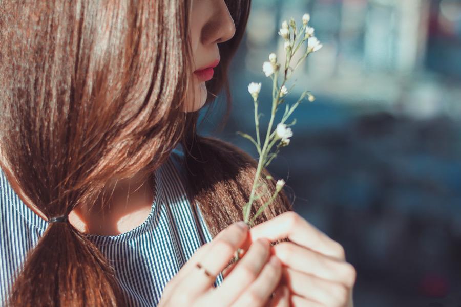 フリー写真 白色の花と女性の横顔