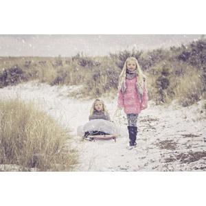 フリー写真, 人物, 子供, 女の子, 外国の女の子, 兄弟(姉妹), 二人, イギリス人, ソリ, 雪, 冬