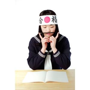 フリー写真, 人物, 少女, アジアの少女, 日本人, 少女(00048), 学生(生徒), 高校生, セーラー服(学生服), はちまき, 受験生, ノート, 勉強(学習), 鉛筆(えんぴつ)