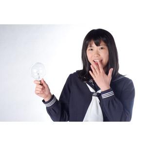 フリー写真, 人物, 少女, アジアの少女, 日本人, 少女(00048), 学生(生徒), 高校生, セーラー服(学生服), 電球, アイデア, 閃く