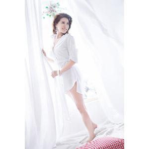 フリー写真, 人物, 女性, アジア人女性, 女性(00131), ベトナム人, 寝間き(パジャマ), カーテン, 起床(寝起き)