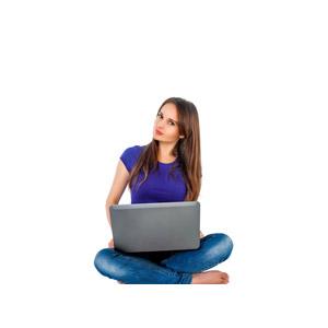 フリー写真, 人物, 女性, 外国人女性, 女性(00115), ロシア人, 家電機器, パソコン(PC), ノートパソコン, あぐらをかく, Tシャツ, ジーンズ(ジーパン), 白背景