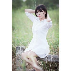 フリー写真, 人物, 女性, アジア人女性, ベトナム人, 女性(00123), 草むら, 髪の毛を触る