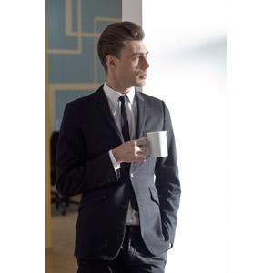 フリー写真, 人物, 男性, 外国人男性, 男性(00133), 職業, ビジネス, 仕事, ビジネスマン, 休憩, メンズスーツ, コーヒーカップ